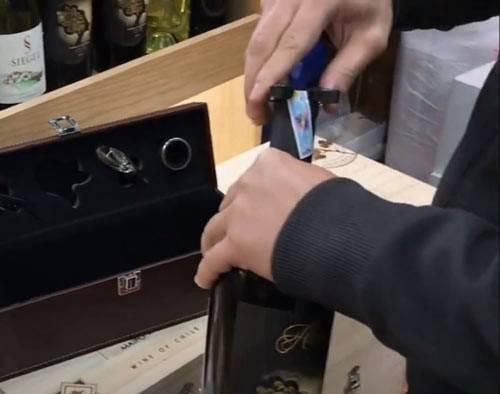 Đầu tiên, sử dụng dụng cụ cắt vỏ nút chai
