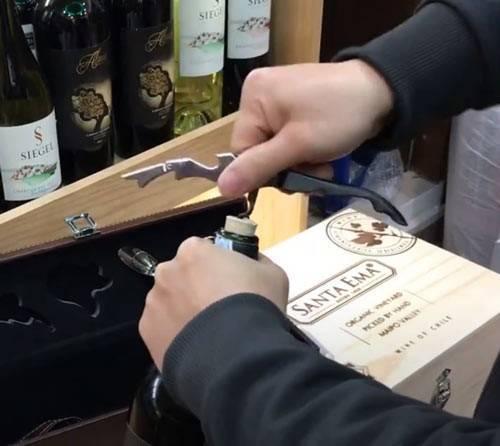 Dùng dụng cụ mở nút chai
