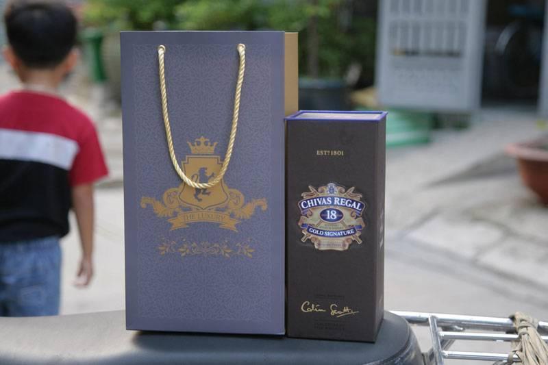 Hoa văn trên túi đựng rượu Chivas nên tương đồng với hộp đựng